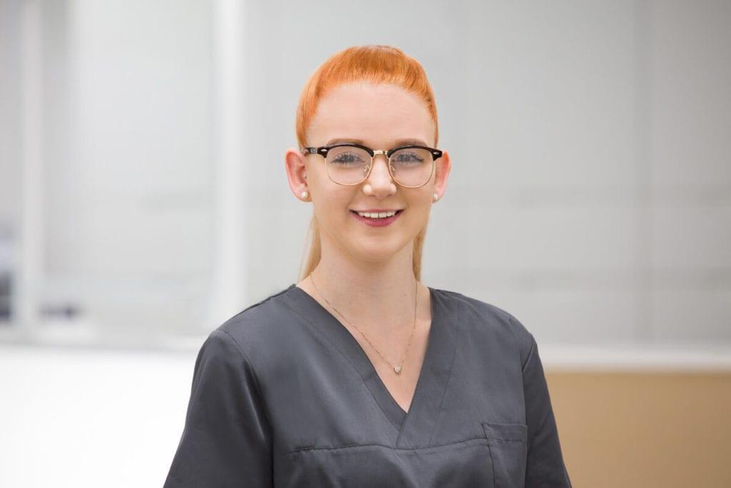 Ronia Vetter Auszubildende zur ZMF bei Meyer Implantologie in Hameln